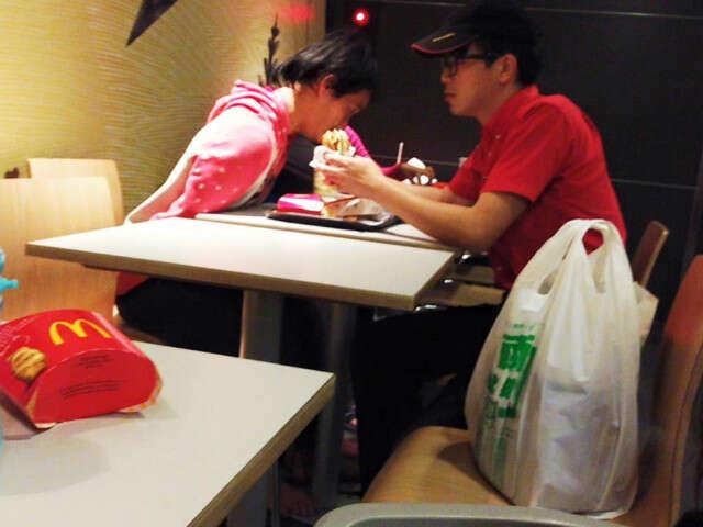 Imagem comovente mostra funcionário do McDonald's alimentando cliente deficiente