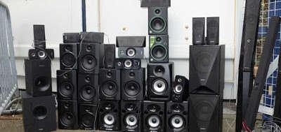 Homem que passou meses incomodando vizinhos com som no volume alto tem 34 alto-falantes confiscados
