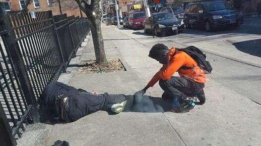 Foto emocionante de adolescente orando sobre morador de rua comove internautas