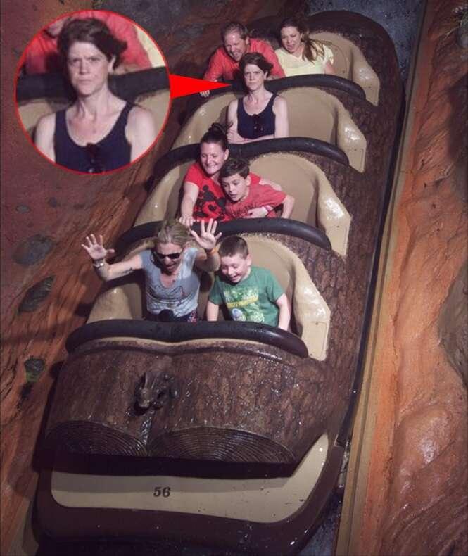 Mulher fica irritada após marido recusar acompanhá-la em brinquedo na Disney e foto se torna viral na web
