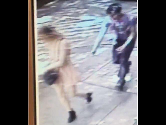 Tarado puxa calcinha de jornalista que usava saia curta em rua pública no México