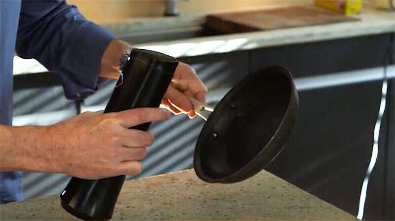 Designer cria dispositivo que pulveriza manteiga nas torradas