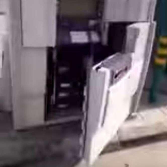 Homem honesto encontra caixa eletrônico cheio de dinheiro aberto e chama a polícia