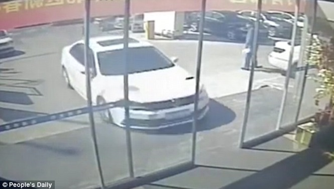 Cliente invade concessionária a bordo de carro