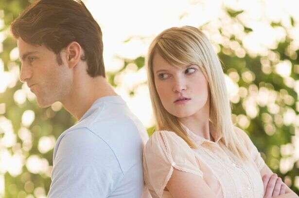 Mulher se vinga do namorado infiel o envergonha em cartazes embaraçosos