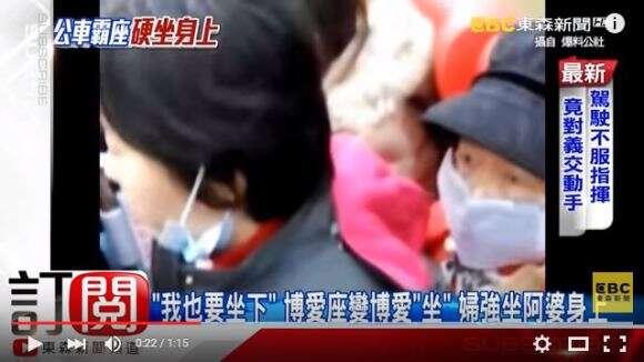 Mulher usa idosa como assento de ônibus e causa indignação entre internautas
