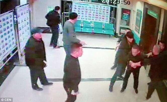Homem encharca enfermeira com gasolina e tenta atear fogo nela dentro de hospital