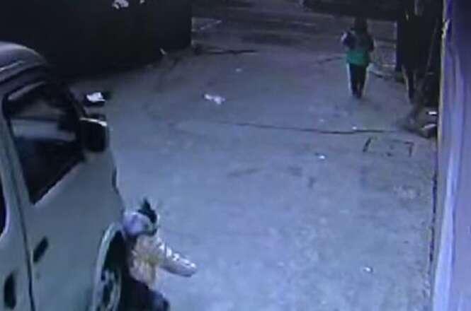 Vídeo chocante flagra momento em que menino de 4 anos é esmagado por carro