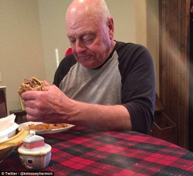 Imagem mostra avô frustrado após preparar jantar para seus seis netos e apenas um deles aparecer