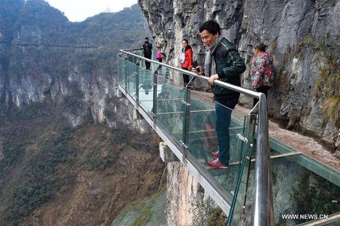 Você teria coragem de andar sobre esta passarela de vidro?