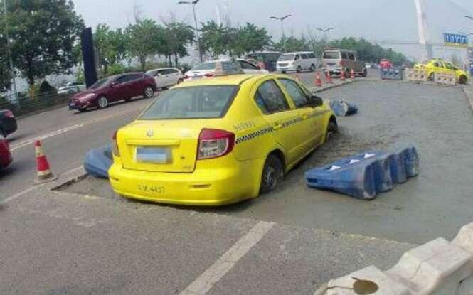 Taxista se dá mal ao tentar passar em estrada bloqueada com cimento molhado