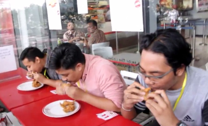Homem morre engasgado durante concurso onde deveria comer o máximo de asas de frango