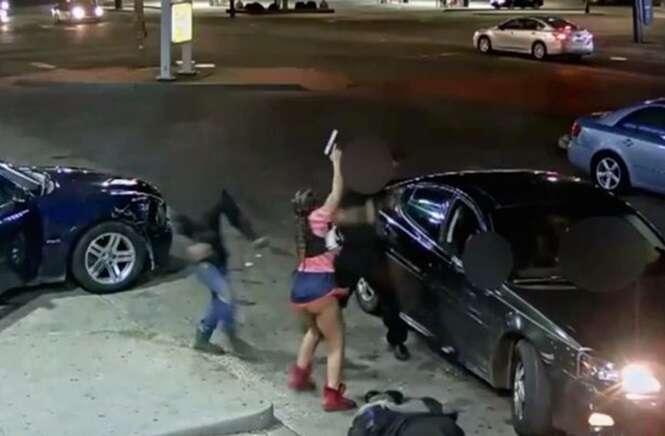 Câmera de segurança flagra momento em que mulher tira arma da calcinha e atira várias vezes em motorista
