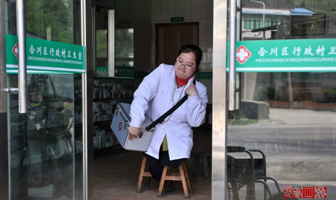 Médica sem pernas se move usando bancos de madeira