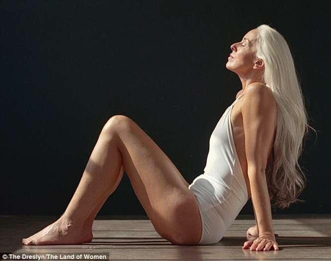 Idosa de 60 anos chama atenção ao se tornar protagonista em campanha de trajes de banho