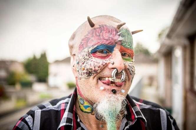 """Rapaz que removeu orelhas para se parecer com papagaio consegue mudar de nome legalmente para """"Homempapagaio"""""""