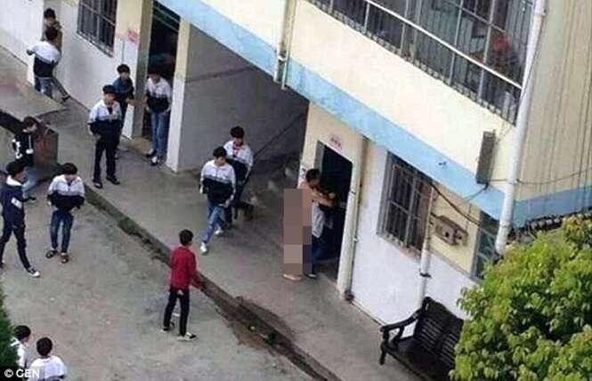 Professor é flagrado sem roupa tentando abusar de aluna em plena luz do dia