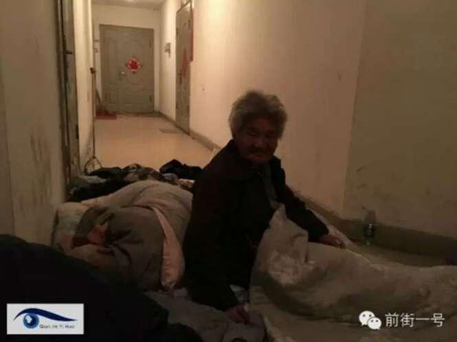 Casal de idosos se instala na porta do apartamento do filho, após ficar sem lugar para viver