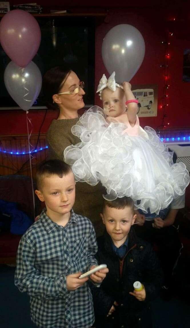 FOTO: Poppy-Mai nos braços da mãe, Sammi Barnard, de 29 anos, e na companhia dos o irmãos Rylee, de 6, e Jenson-Jay, de 4. Foto: PhotoFeatures