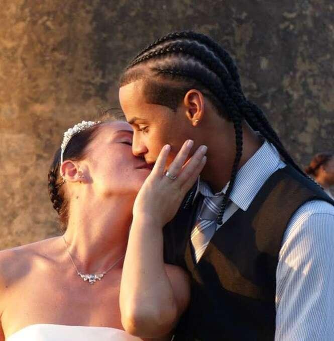 Adonis é retratado com sua nova esposa, um turista alemão chamado Julia, em seu casamento. Foto: Pressteam