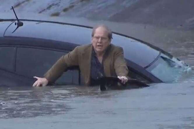 Jornalista ajuda homem em enchente durante transmissão ao vivo nos EUA