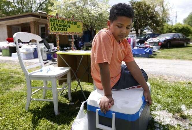 Menino abre banca de limonada para pagar por sua própria adoção