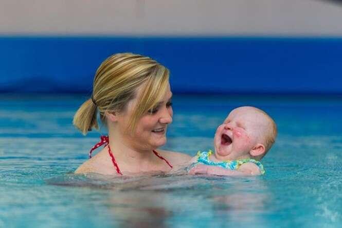 Vídeo emocionante mostra bebê nascido sem os olhos rindo toda vez que é levado para piscina