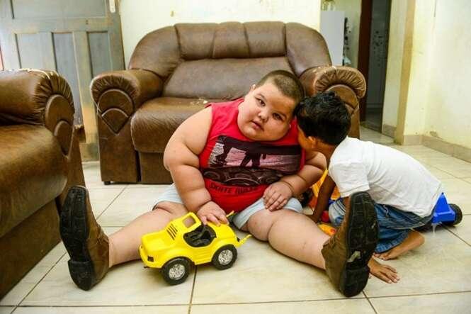 Pais temem que filho de 5 anos que pesa 80 quilos morra durante o sono
