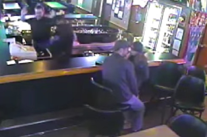Casal apaixonado não percebe assalto dentro de bar em que estavam
