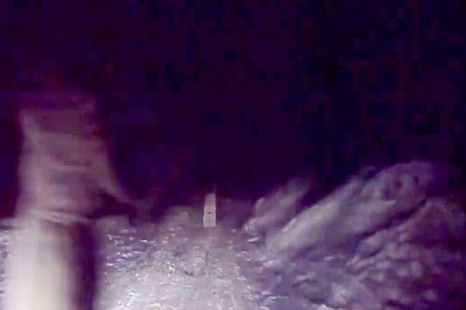 """Motorista flagra """"noiva fantasma"""" no meio de estrada russa"""