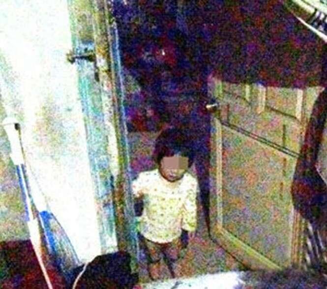 Criança de 3 anos sobrevive comendo sobras de pão e bebendo leite após mãe morrer