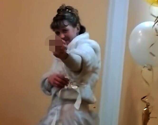 Noiva mostra dedo do meio para sogro durante recepção de casamento e provoca briga de família