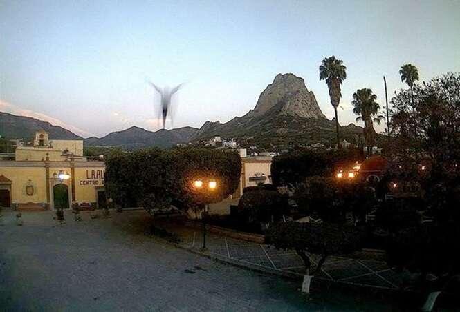 Suposta figura de 'Jesus' com os braços abertos flutua acima de casas em cidade mexicana