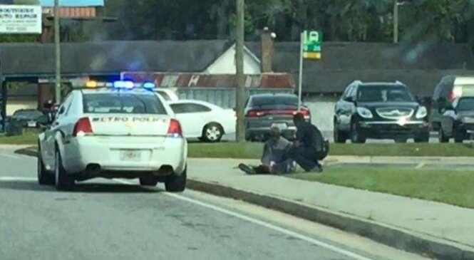 Foto flagra momento em que policial ajuda homem faminto no meio da rua