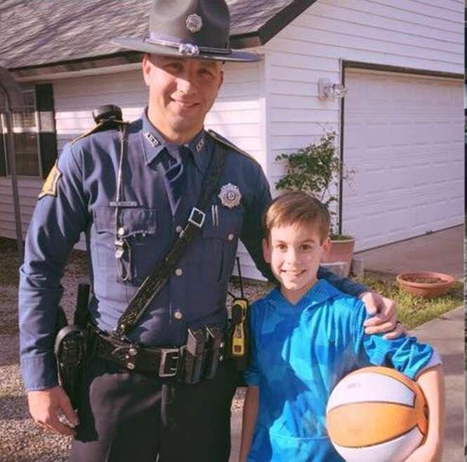 Policiais surpreendem menino de 10 anos depois que nenhum colega de escola compareceu a seu aniversário