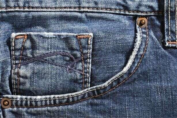 Você sabe por que os pequenos bolsos das calças possuem aqueles botões em bronze?