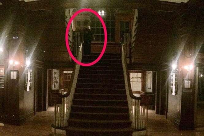 Hóspede fotografa fantasma em escadaria de hotel nos EUA