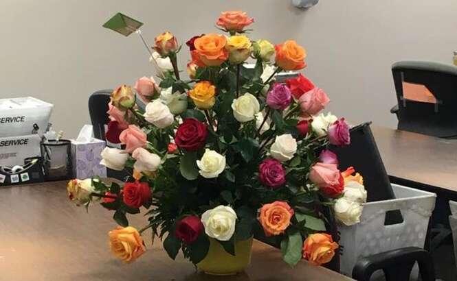 Marido falecido manda flores e presentes à esposa