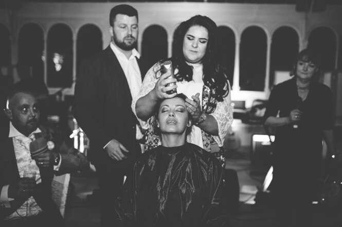 Noiva raspa a cabeça na recepção de seu casamento