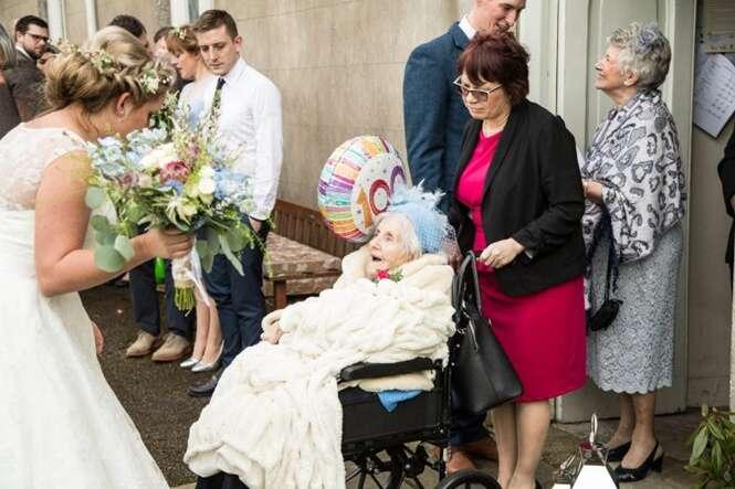 Avó de 100 anos entra como dama de honra no casamento de sua neta