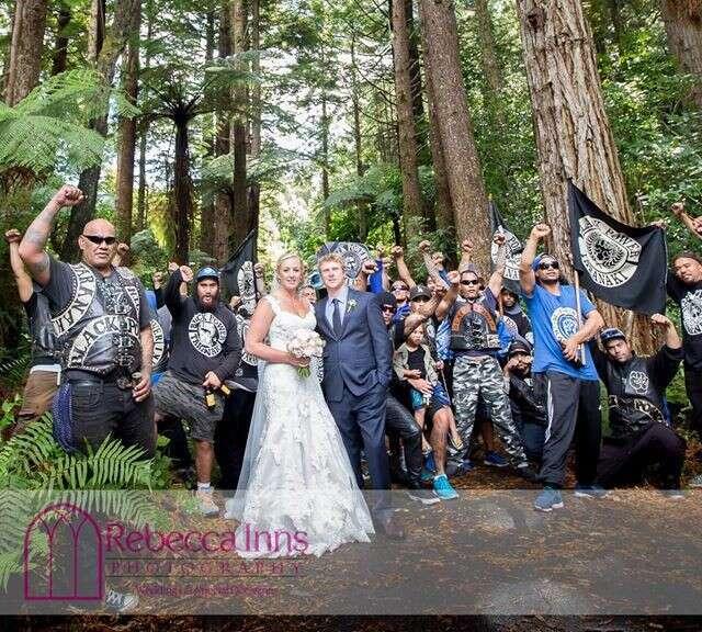 Recém-casados fazem foto com gangue que encontraram durante ensaio