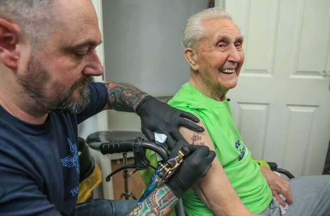 Idoso comemora aniversário de 104 anos fazendo tatuagem
