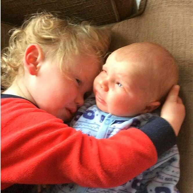 Conheça os irmãos gêmeos que nasceram com intervalo de dois anos