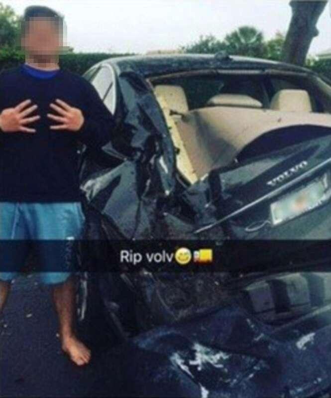 Adolescente posta foto ao lado de carro destruído após escapar com vida de acidente