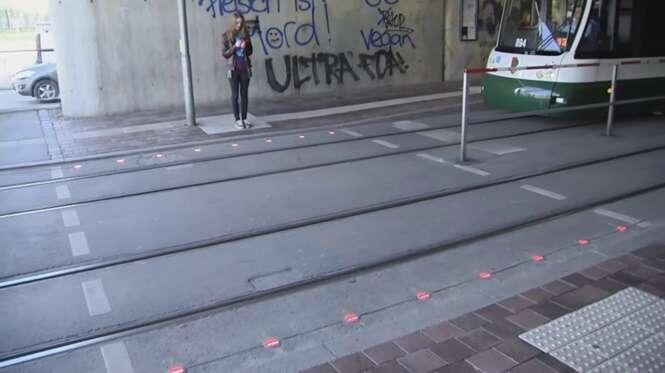 Cidade instala semáforos no chão para evitar atropelamento de pedestres