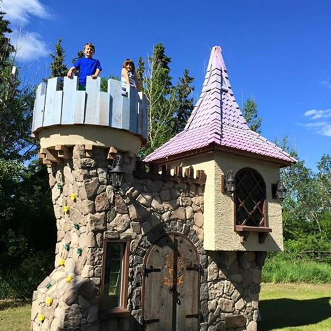 Homem cria negócio lucrativo construindo casinhas de crianças
