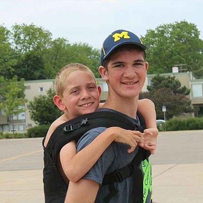 Adolescente anda 178 km com irmão deficiente nas costas para aumentar a consciência sobre a paralisia cerebral