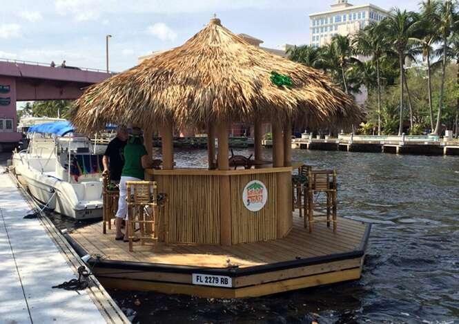 Homem constrói bar flutuante e ganha clientes no mundo todo