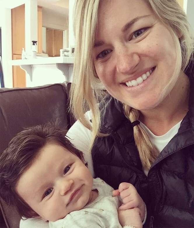 Bebê ostenta vasta cabeleira e faz sucesso nas redes sociais