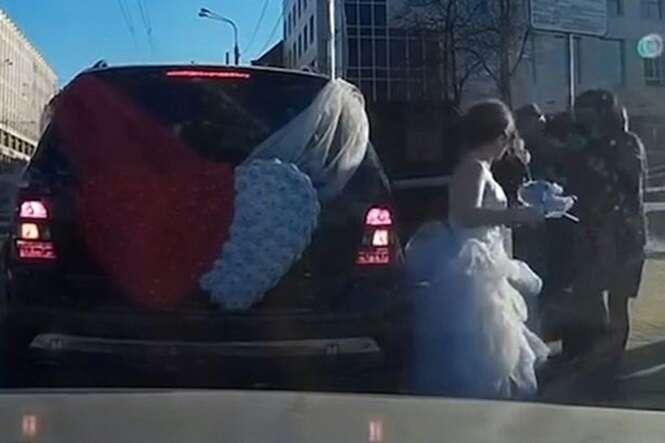 Noiva é filmada atacando novo marido minutos após se casarem
